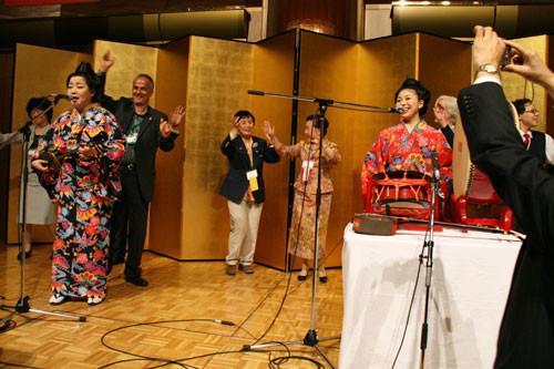沖縄民謡に盛り上がる懇親会