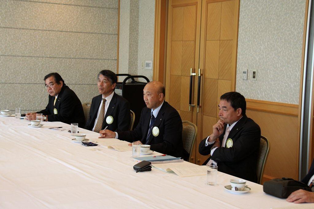 熱心に拝聴する田中会長、上村幹事、詫間副会長、篠田副幹事