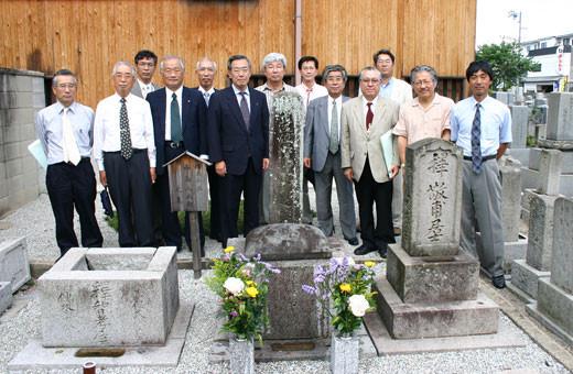 西嶋八兵衛の墓前にて上野ロータリークラブの皆さんと記念撮影