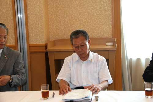 クラブ活動計画書に目を通す岡内紀雄ガバナー