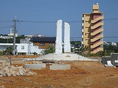 県人速水史郎氏の阿と吽の彫刻作品、高さ6メートル重さ10トン