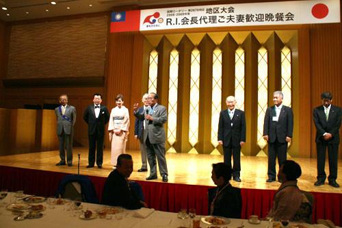 高松南RCのスタッフを紹介する石川浩会長