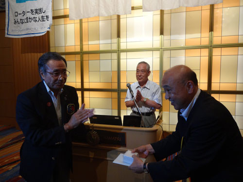 田中 弘之会員が米山功労者(メジャードナー、10回)の表彰をガバナーから授与されました