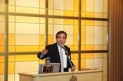 篠田幹事が新会員紹介カード回覧など幹事報告