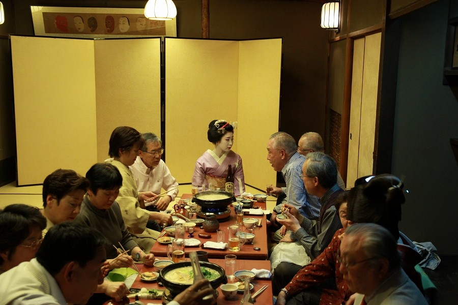 坂本龍馬がこよなく愛した鳥彌三2階で、宮川町のきれいどころと