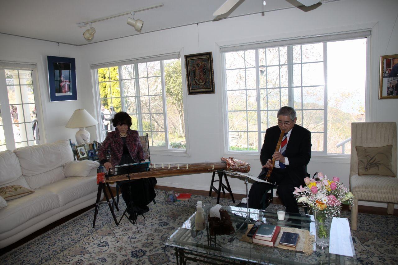 瀬戸内海80周年記念例会を盛り上げる琴・尺八の演奏