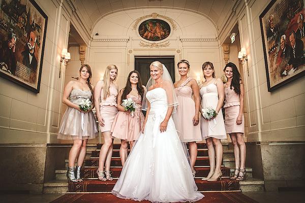 Braut-und-Brautjungfern-auf-Treppe