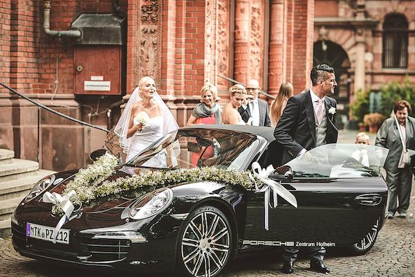 Brautpaar-steigt-aus-Hochzeitsauto-aus-vor-Villa-Rothschild