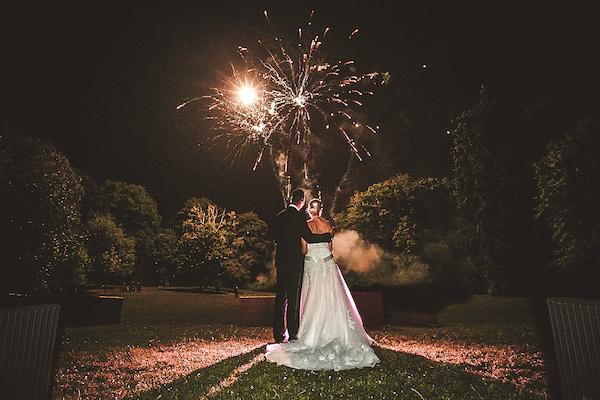 Brautpaar-vor-Feuerwerk