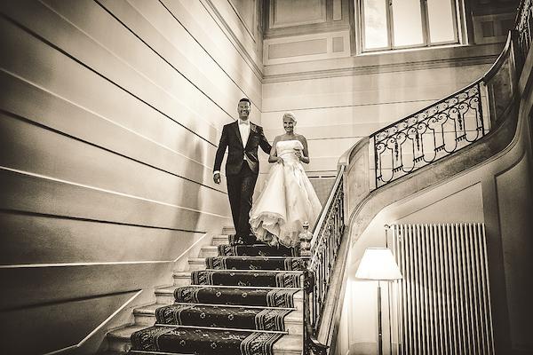 Brautpaar-kommt-Treppe-hinunter-in-Villa-Rothschild