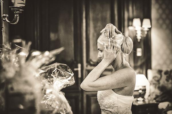 Braut-schaut-in-Spiegel-in-Hochzeitssuite