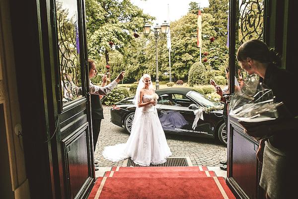 Eintreffen-der-Braut-in-Villa-Rothschild