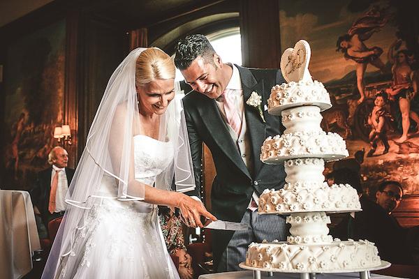 Brautpaar-schneidet-Hochzeitstorte-an