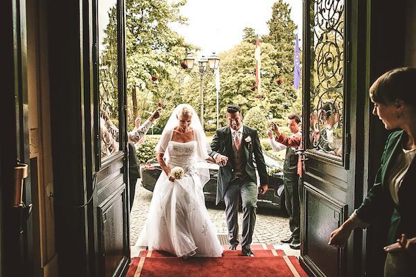 Brautpaar-am-Eingang-Villa-Rothschild