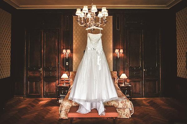 Brautkleid-in-Hochzeitssuite-Villa-Rothschild-Kempinski