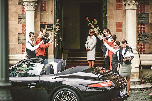 Brautpaar-trifft-in-Villa-Rothschild-Kempinski-ein