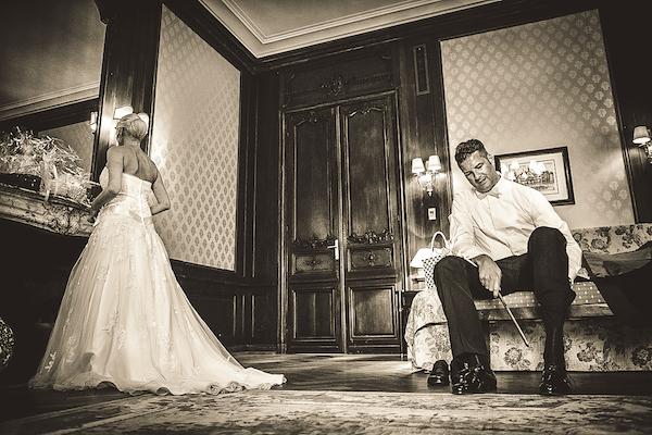 Brautpaar-in-Hochzeitssuite-Villa-Rothschild-Kempinski