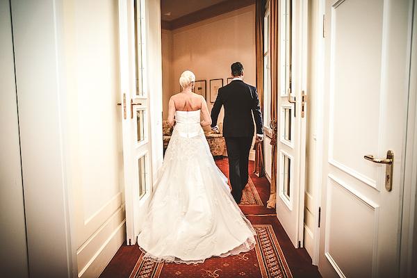 Brautpaar-in-Flur-Villa-Rothschild