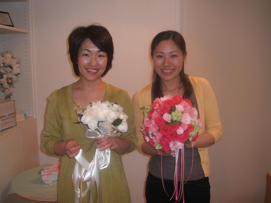 教室アシスタントのHさん。ご自分の結婚式用にピンクのブーケを。大きめのラウンドが目を引きます。
