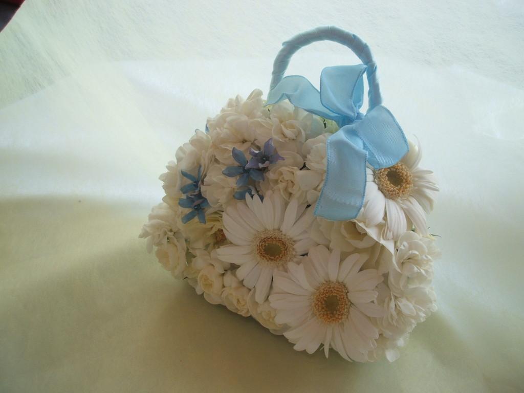 お色直しにはこんなバッ型ブーケも素敵です。サムシングブルーをきかせて。