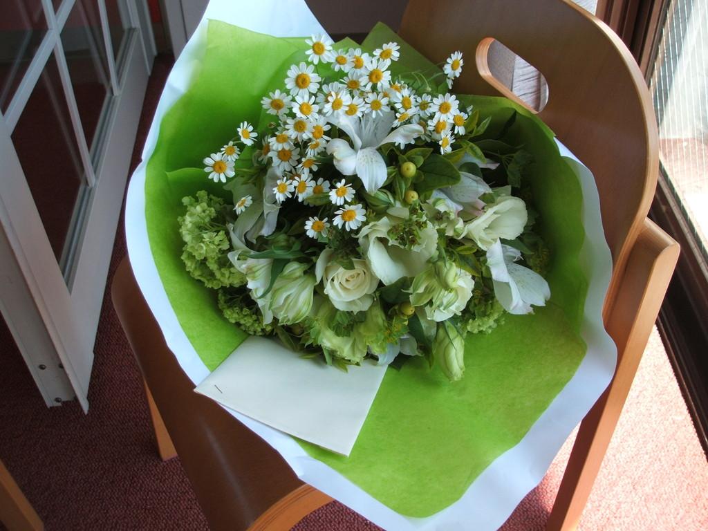 ナチュラルな白&グリーンのブーケ。束ねただけの組み方です。