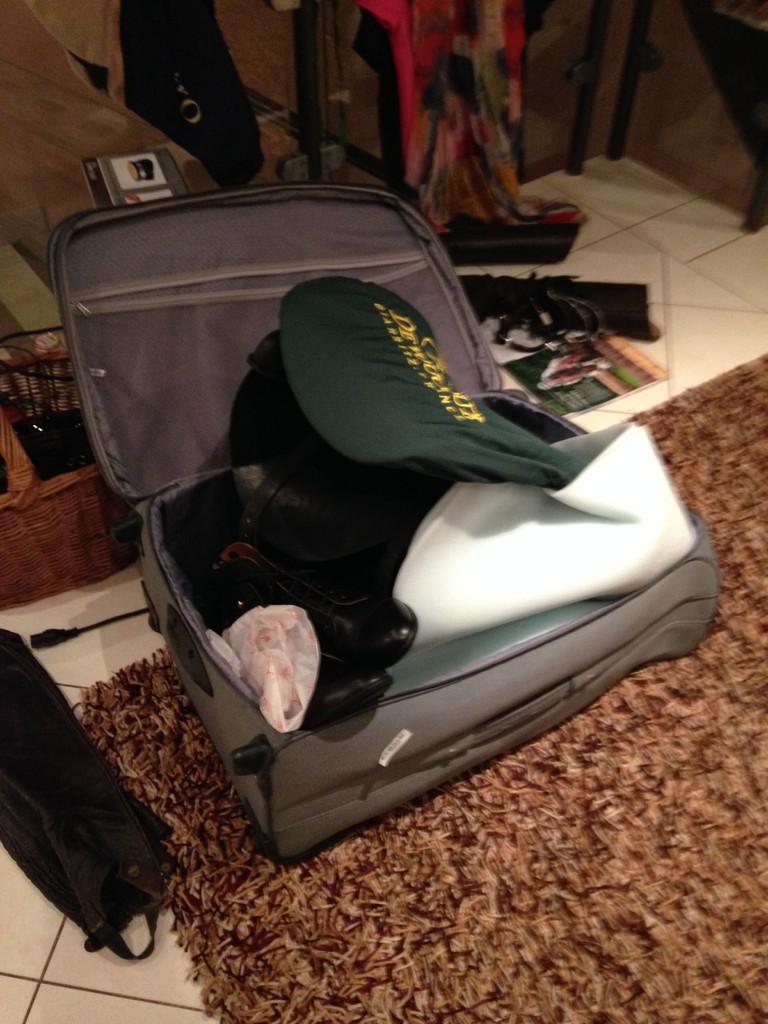 Tja- wenn zwei Reiter eine Reise tun. Da teilt man sich doch lieber nur noch einen Koffer für die Klamotten.