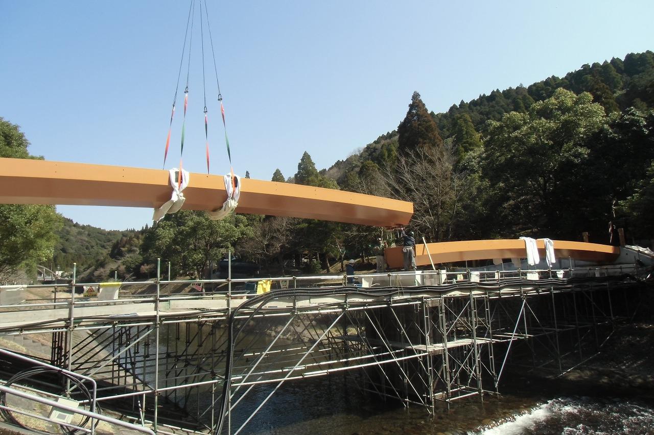 ④クレーンで橋台へ設置