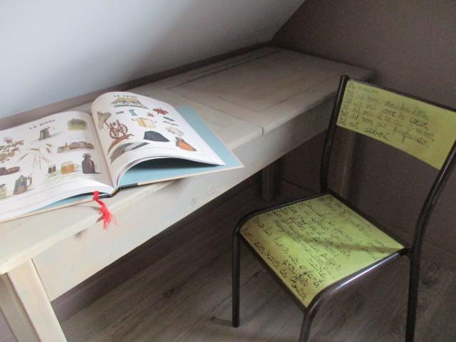 Chaise et bureau d'écolier