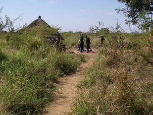 2014年度から支援予定の女の子の家庭訪問。草の中の一軒小屋!水道ナシ、電気ナシ、トイレすらありません!