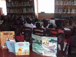 館内もご覧の通り大盛況!みんな楽しそうに熱心に読書(実は、絵を眺めてるだけ?!)しています!
