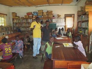 学習中の孤児たちと歌を歌う県会議長!