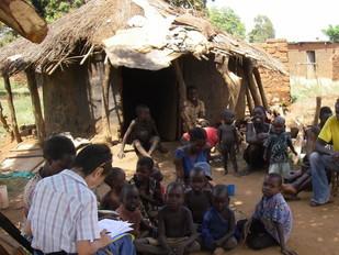 貧しいKitgumの中でも特に貧しいといわれる地区を訪問。 この小屋に叔母(中程、青い服))や従兄弟と住む兄弟2名(最後列左黒服と右白服)を新規支援の予定。