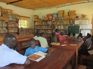 校納金が払えず学校から追われ1ヵ月以上登校できない子供に話を聞く元県教育長。
