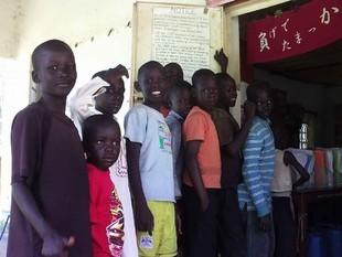 10月9日はIndependence Day!! 学校が休みの子供達が、キビシ~イ入館制限(遠方から来る子達への配慮のタメ・・・)実施中にもメゲズ長蛇の列を作りました。