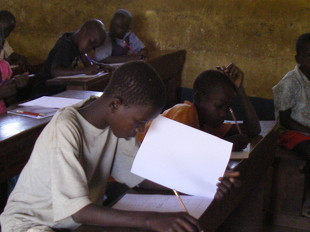 受験中のOkotとDauzi. 図書館での学習が生きて、二人とも好成績で3年生に編入。Okotはこの後入寮し寮長に選ばれています!