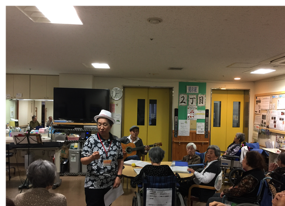 施設でのボランティアの様子です。歌の伴奏といつも司会をやってくださっている方が手品を披露して下さいました。