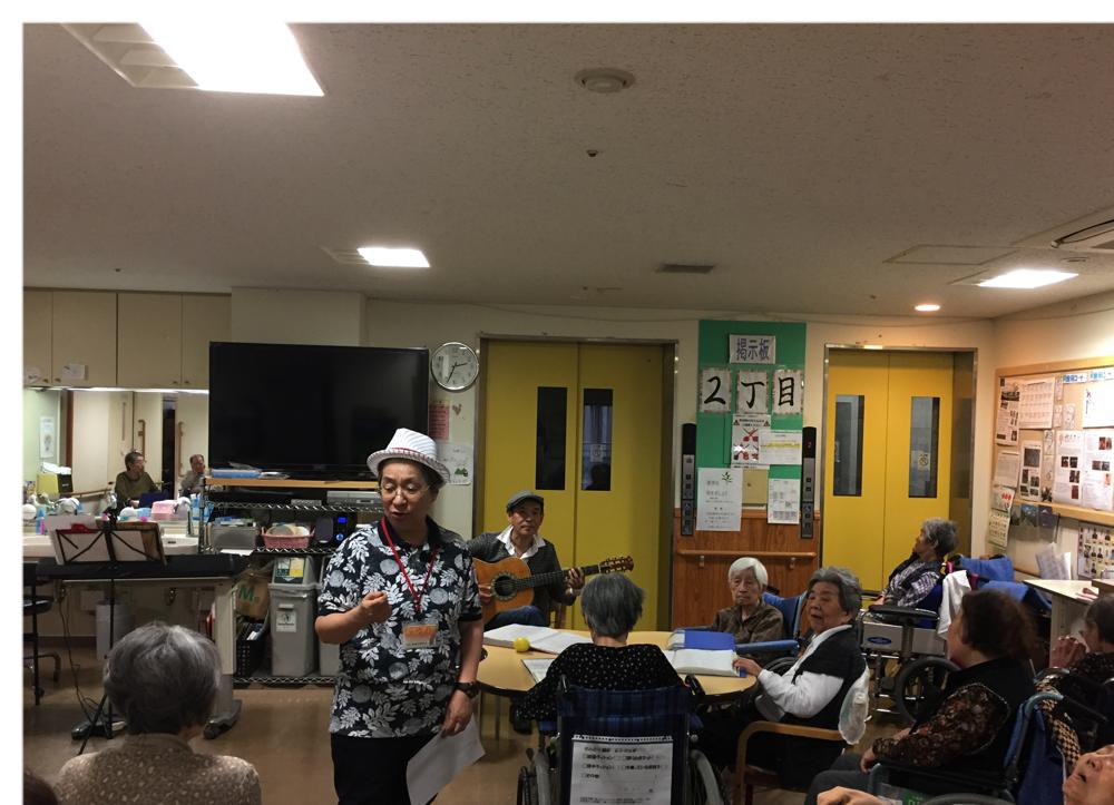 施設でのボランティアの様子です。歌の伴奏といつも司会をやってくださっている方が手品を披露して下さいました。文京区の施設です。