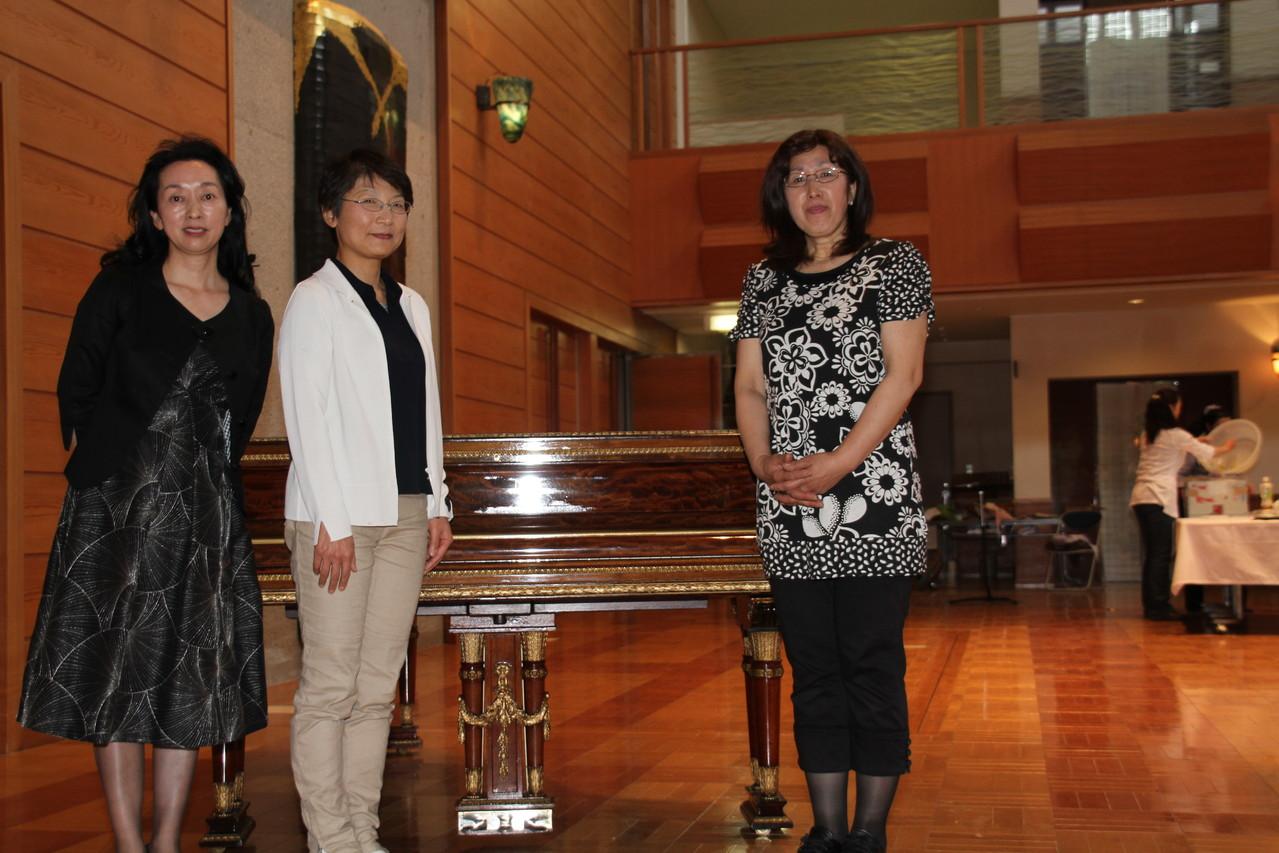 渡辺先生(ピアノ)を囲んで 左は日向先生 右は団長