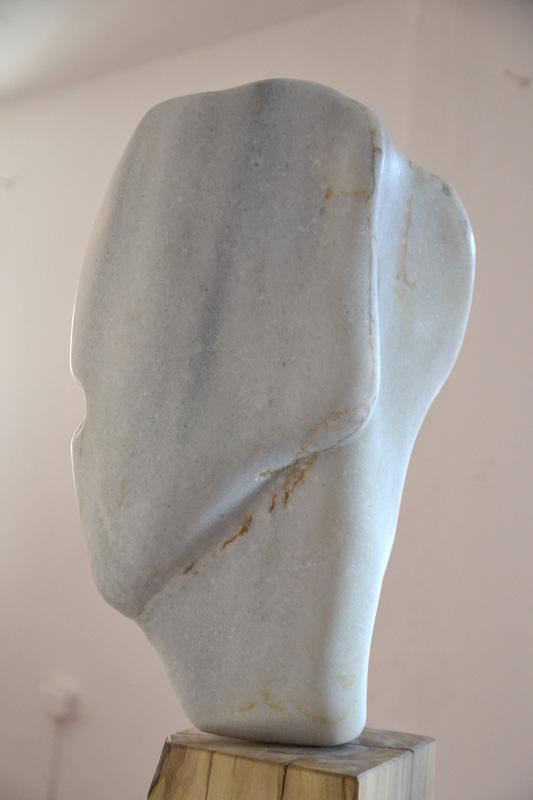 Willkommen I, Skulptur, Griechischer Marmor / Nussbaum, 1,55 x 0,45 m, © Susanne Musfeldt-Gohm, 2015