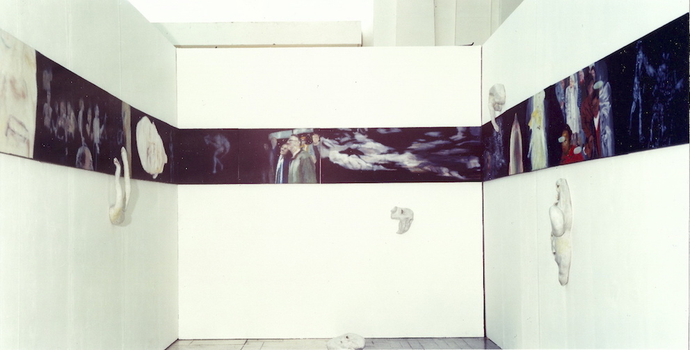 Ghost-Walk, Installationsansicht Bilderfries, 1999, Öl auf LW. / Keramikobjekte, 55 x1400 cm