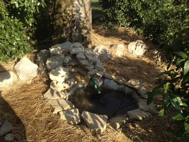 La fontaine du jardin de l'ouïe, réalisée par les élèves dans un bosquet du lycée, près des carillons