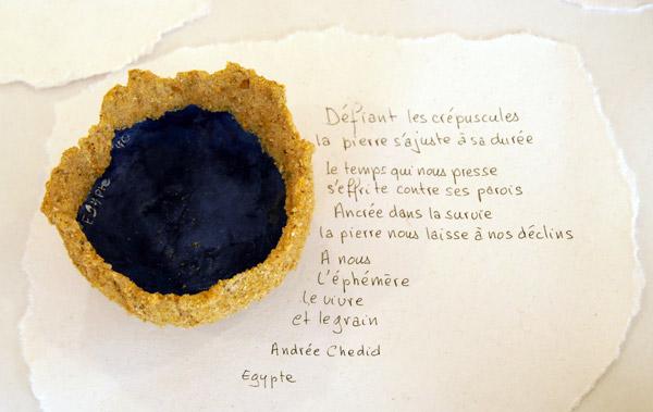 Coupe d'Egypte constituée de sable et de papier avec un extrait de poème d'Andrée Chedid