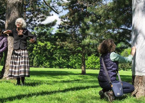 Laurence Benedetti contant et Yannick Charon réalisant des lignes d'arbre sur un pin