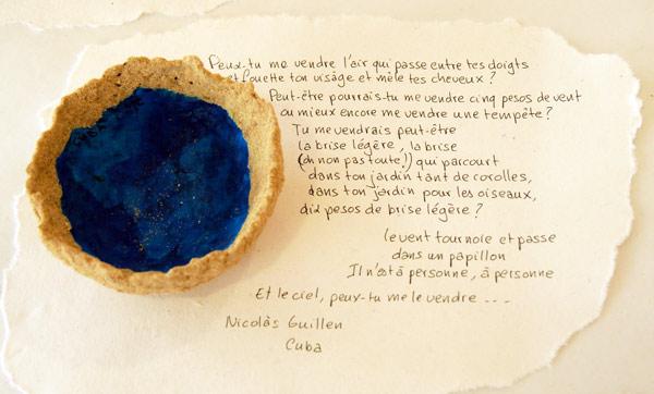 Coupe de Cuba constituée de sable et de papier avec un extrait de poème de Nicolas Guillen