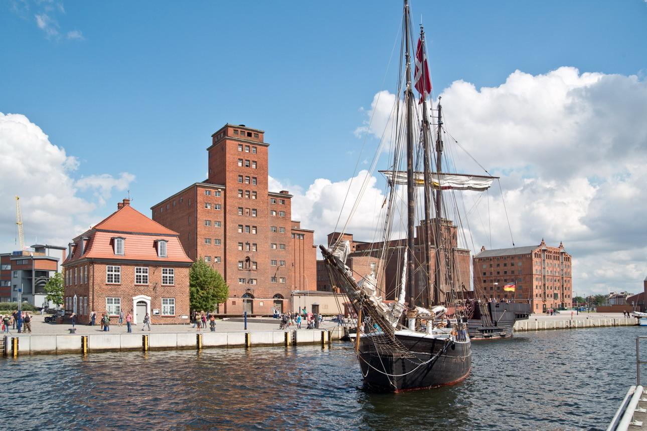 Traditionssegler im Alten Hafen, im Hintergrund 300 Jahre Speicherarchitektur.