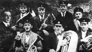 Die Gründer, hinten (v. li), Alfred Karle, Alfred Klingele, Albin Karle, Albert Walleser, Rudolf Schmidt; vorne (v. li): Fridolin Sprich, Isidor Sprich, Leonhard Steck.