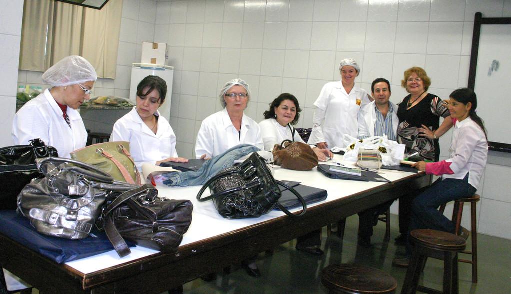 Capacitación constante. Curso Profesional sobre Fitomedicina en el Brasil, organizado por la Itaipu Binacional y el Instituto Brasileño de Plantas Medicinales IBPM. Curso de Laboratorio