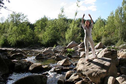 Eugenie Horsch zeigt eine der vielen und vielfältigen Qigong-Übungen