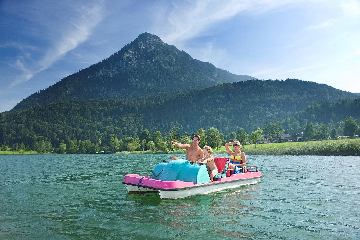 Der See lässt sich auch mit einem Boot erkunden