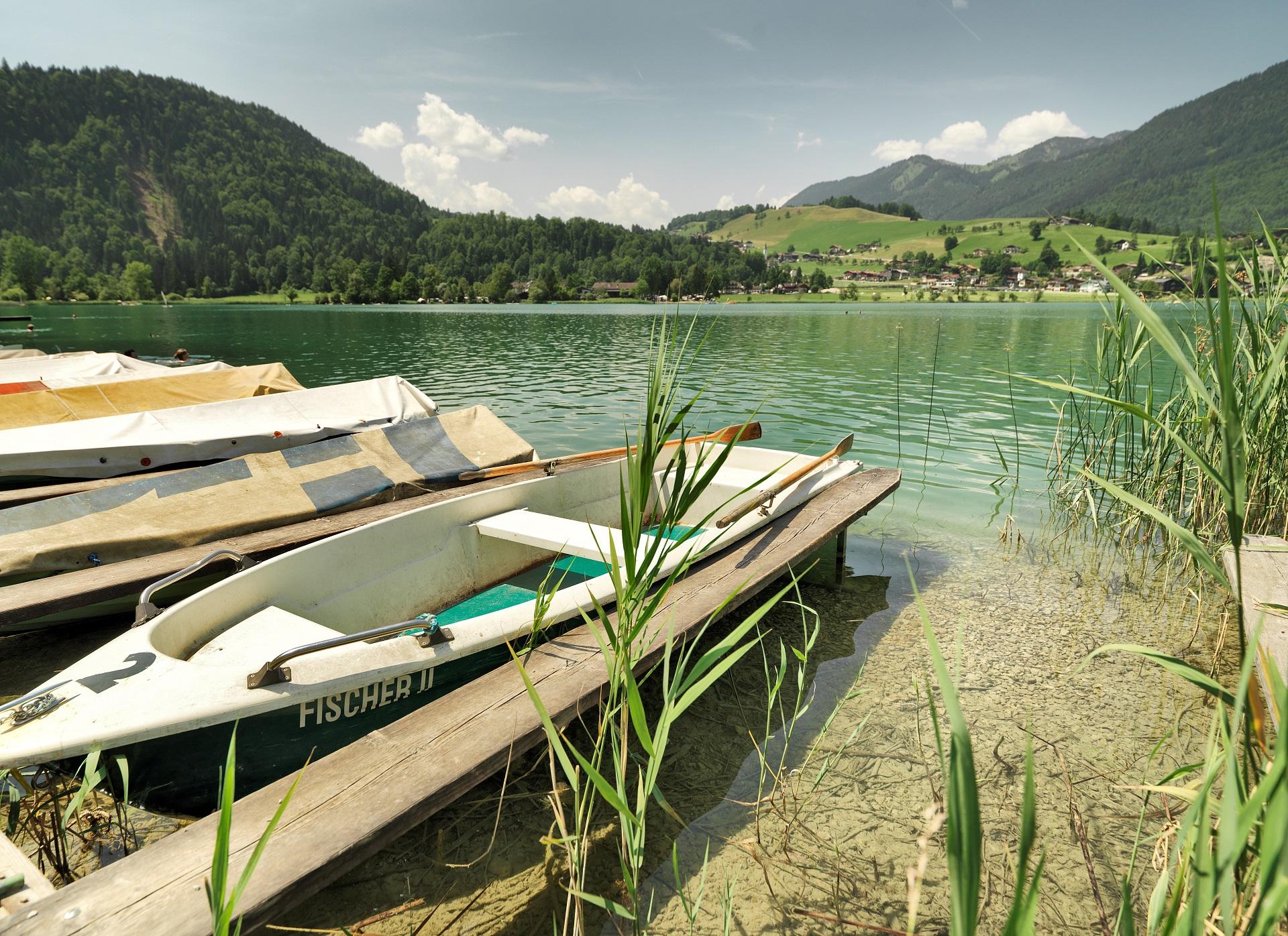 Rund um den See gibt es einige ruhige Buchten und Liegewiesen